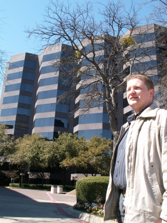 Gerwin in front of a Office building
